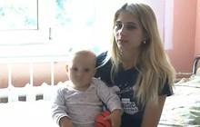 Người mẹ trẻ quay đi rửa bát thì con trai 11 tháng tuổi rơi khỏi cửa sổ tầng 5 nhưng được cứu sống thần kỳ nhờ sợi dây phơi đồ