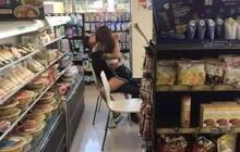 Ban ngày giữa cửa hàng tiện lợi, cặp đôi trẻ vô tư ôm hôn trong tư thế phản cảm khiến ai nhìn vào cũng đỏ mặt