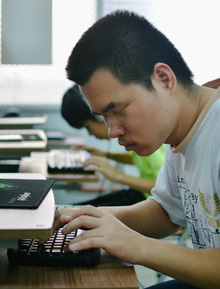 Lớp tin học với thầy và trò đều là người khiếm thị: Học chơi facebook, nghe nhạc và đọc báo trên máy tính