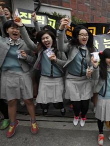 Các em khoá dưới cổ vũ anh chị lớp 12 thi ĐH ở Hàn Quốc: Quỳ lạy, hú hét, giơ băng rôn, khẩu hiệu như fan cuồng đón idol
