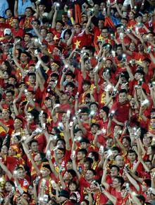 """Hơn 40.000 cổ động viên dùng điện thoại thắp sáng sân Mỹ Đình để """"tiếp lửa"""" đội tuyển Việt Nam chiến thắng Malaysia"""