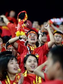 Hàng ngàn cổ động viên reo hò trên sân Mỹ Đình khi đội tuyển Việt Nam ghi bàn dẫn trước Malaysia 1-0