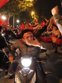 """Đường phố trong """"đêm vui không ngủ"""" sau khi Việt Nam đăng quang ngôi vô địch: Người lạ cũng thành quen"""