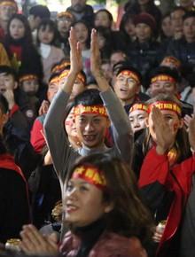 Người hâm mộ vỗ tay, thở phào trước những pha cứu nguy của thủ môn Văn Lâm trong trận chung kết lịch sử
