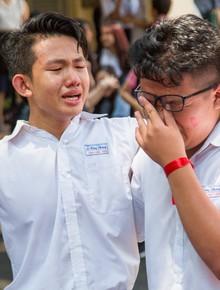 Ngày ra trường của teen Lê Hồng Phong: Nụ cười và nước mắt, bạn tôi ơi xin bên nhau thêm chút nữa!