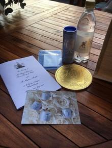 Bên trong túi quà cưới Hoàng gia Anh có gì đặc biệt mà lại được rao bán trên mạng với giá hơn 650 triệu đồng?