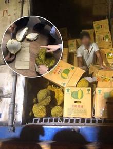 """Bỏ tiền """"giải cứu"""" 17 tấn sầu riêng giữa trưa hè Hà Nội, người mua thất vọng với chất lượng thực tế: Tài xế lên tiếng"""