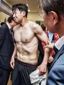 Son Heung-min khóc như một đứa trẻ khi gặp Tổng thống Hàn Quốc