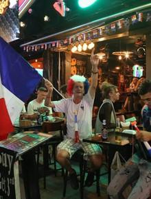 Người dân Hà Nội và Sài Gòn đổ xô ra đường, hàng quán náo nhiệt trước trận chung kết World Cup Pháp vs Croatia