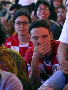 CĐV Croatia ở Sài Gòn ôm mặt thất vọng khi kết thúc hiệp 1 với tỷ số 2-1 nghiêng về Pháp