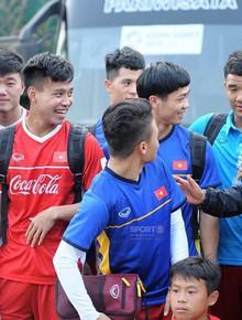 Công Phượng bị Đức Chinh trêu đùa khi Hoà Minzy xuất hiện trên sân tập của Olympic Việt Nam