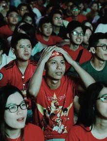 Cổ động viên Việt Nam thất thần trước pha bóng mở tỷ số của ĐT Jordan trong hiệp 1