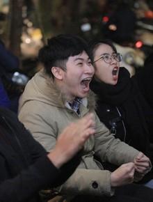 Hàng triệu người hâm mộ tiếp tục cổ vũ hết mình cho đội tuyển Việt Nam trong 30 phút đấu hiệp phụ