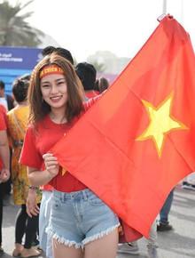 """Hàng trăm CĐV Việt Nam đã có mặt tại SVĐ ở Dubai, sẵn sàng """"tiếp lửa"""" cho ĐT Việt Nam trong trận tứ kết Asian Cup gặp Nhật Bản"""