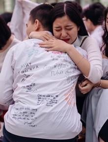 Trực tiếp lễ bế giảng các trường THPT lớn nhất Hà Nội: Học sinh ôm nhau khóc nức nở nói lời tạm biệt tuổi học trò