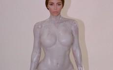 Kim Kardashian khỏa thân hoàn toàn để làm khuôn chế tạo chai nước hoa
