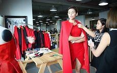 Hoàng Yến trình diễn cho IVY moda Fashion mặc dù đã tuyên bố giải nghệ