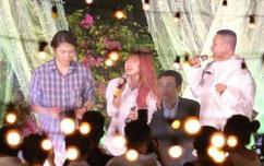 """Vợ chồng Khởi My - Kelvin Khánh hát """"60 năm cuộc đời"""", nhắng nhít tung hoa trong tiệc cưới"""