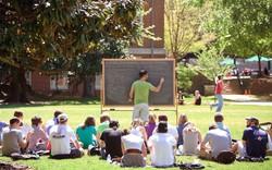 Đại học không chỉ là kiến thức và sách vở, hãy quan tâm cuộc sống bên ngoài lớp học nữa
