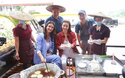 Hồ Ngọc Hà hào hứng cùng Cindy Bishop học cách đổ bánh cuốn, làm chả mực ở Hạ Long