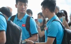 """Chuyến bay của tuyển Việt Nam bị delay, Trọng """"Ỉn"""" ân cần nhắc Tiến Dũng nhớ giữ passport cẩn thận!"""