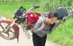 Cô gái cõng cả chiếc xe máy trên lưng nhẹ nhàng như một chiếc balo khiến cánh đàn ông bội phục