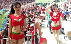 Hot girl Trung Quốc gây shock khi mặc trang phục táo bạo chụp ảnh trong SVĐ World Cup