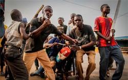 Bị tưởng nhầm là ma cà rồng, đoàn phòng viên bị dân làng Malawi ném đá sấp mặt