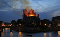 Tổng thống Pháp hứa tu sửa Nhà thờ Đức Bà Paris 'còn đẹp hơn trước' khi quỹ đóng góp vừa cán mốc 1 tỷ Euro