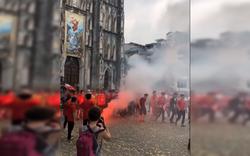 CĐV Hải Phòng đốt pháo sáng trước nhà thờ lớn Hà Nội, tạo ra khung cảnh náo loạn
