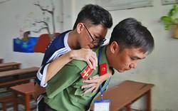 Xúc động hình ảnh chiến sĩ công an cõng thí sinh tàn tật đi thi: Anh sẽ làm đôi chân của em, em chỉ cần thi tốt thôi