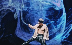 Thủ lĩnh EXO khoe body nóng bỏng trong concert, khiến fan rưng rưng bởi hình xăm đặc biệt