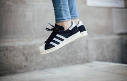 Thích phong cách đơn giản, chọn ngay 1 trong 6 mẫu sneaker đen sau