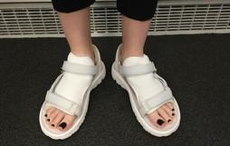 Không liên quan nhưng đây đúng là thảm họa sandal xấu nhất thế giới