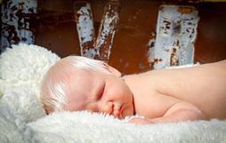 Gặp gỡ em bé có mái tóc bạch kim giống các vị thần trong truyền thuyết