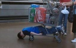 Nỗi khổ tâm của những ông bố, bà mẹ phải cho con đi shopping cùng