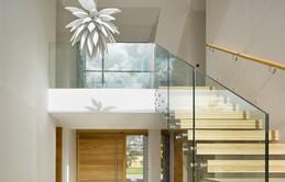 17 thiết kế cầu thang đẹp mắt được kết hợp từ gỗ và kính