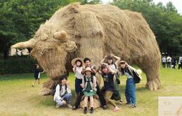 Tham quan những bức tượng động vật khổng lồ được bện từ rơm tại xứ sở hoa anh đào