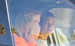 Justin Bieber bật khóc cạnh Hailey Baldwin vì tin Selena Gomez nhập viện điều trị tâm thần?