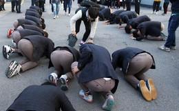 600.000 thí sinh Hàn Quốc thi ĐH: Máy bay ngừng bay, quân đội ngưng tập trận, học sinh lớp 11 quỳ ngoài cổng trường chúc anh chị thi tốt