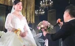 Ngỏ lời cầu hôn mà cô dâu đơ như tượng, chú rể quăng luôn hoa cưới rồi bỏ đi, biết lý do đằng sau ai cũng thấy thương nhà trai