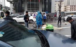 Hà Nội: Xót xa cảnh người đàn ông gục khóc suốt 1 giờ tại hiện trường tai nạn 1 nạn nhân tử vong
