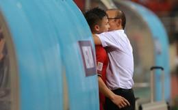 Thấy HLV Park Hang-seo đứng lặng một mình ở khu huấn luyện, Quang Hải chạy tới ôm hôn, chia vui cùng thầy