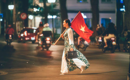 Đi bão kiểu NSƯT Chiều Xuân: Không kèn trống, diện áo dài vác cờ Tổ quốc văn minh nhưng vẫn cực chất