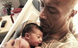 """Hình ảnh Dwayne Johnson khổng lồ bế con gái mới sinh bé bỏng """"hot rần rần"""" vì quá dễ thương"""