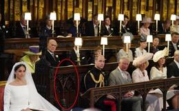 Hoàng tử William ngồi cạnh một chiếc ghế trống trong suốt lễ cưới của em trai, cư dân mạng nhanh chóng tìm hiểu lý do