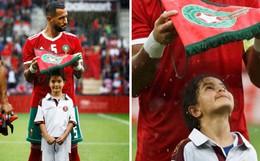 Loạn nhịp trước khoảnh khắc Medhi Benatia (Morocco) dùng cờ hiệu che mưa cho bé gái trên sân cỏ