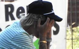 Justin Bieber bỗng ôm mặt căng thẳng trên phố và xóa clip về vợ sắp cưới trên mạng