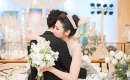 Ảnh đẹp: Á hậu Tú Anh nũng nịu ôm chặt ông xã trong tiệc cưới sang trọng ở Hà Nội