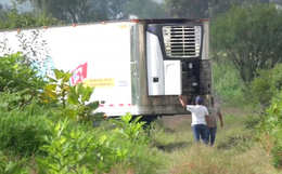 Mexico: Toa xe container bốc mùi hôi thối giữa chốn công cộng, người dân phẫn nộ khi biết có 150 xác người chết bên trong